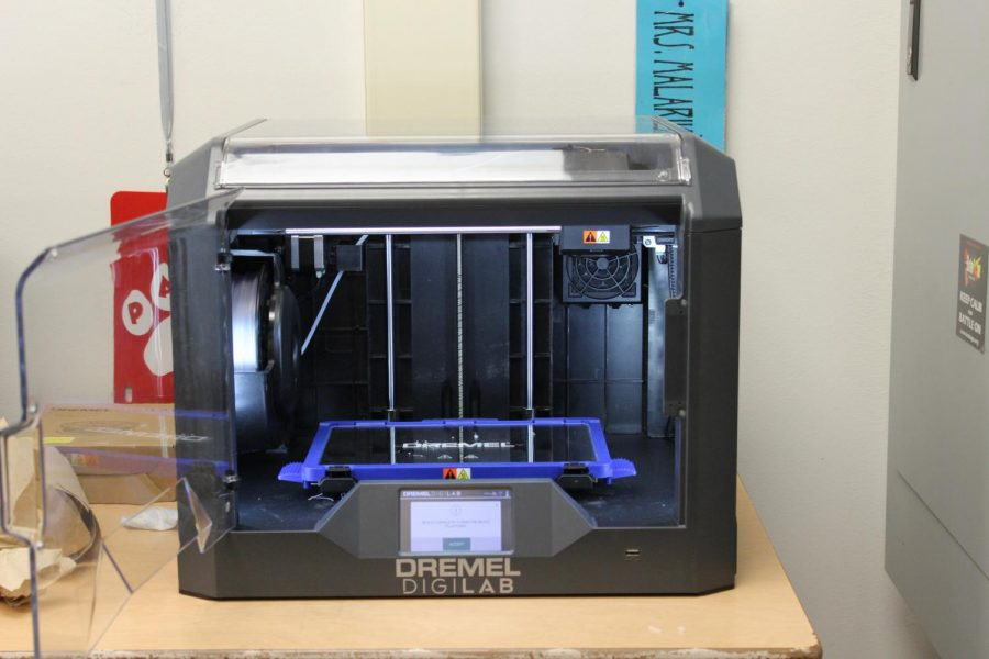 3D+printers+at+work+making+objects